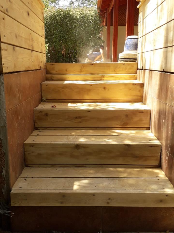 חיפוי מדרגות מדק סינטטי או מדק מעץ מה כדאי