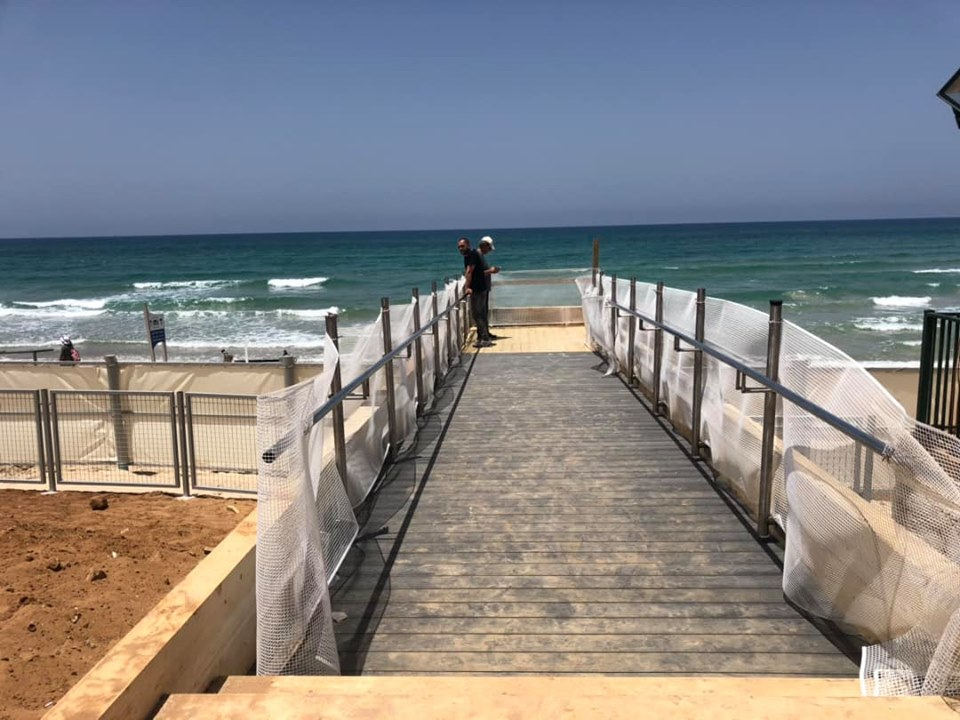 דק בחוף הים