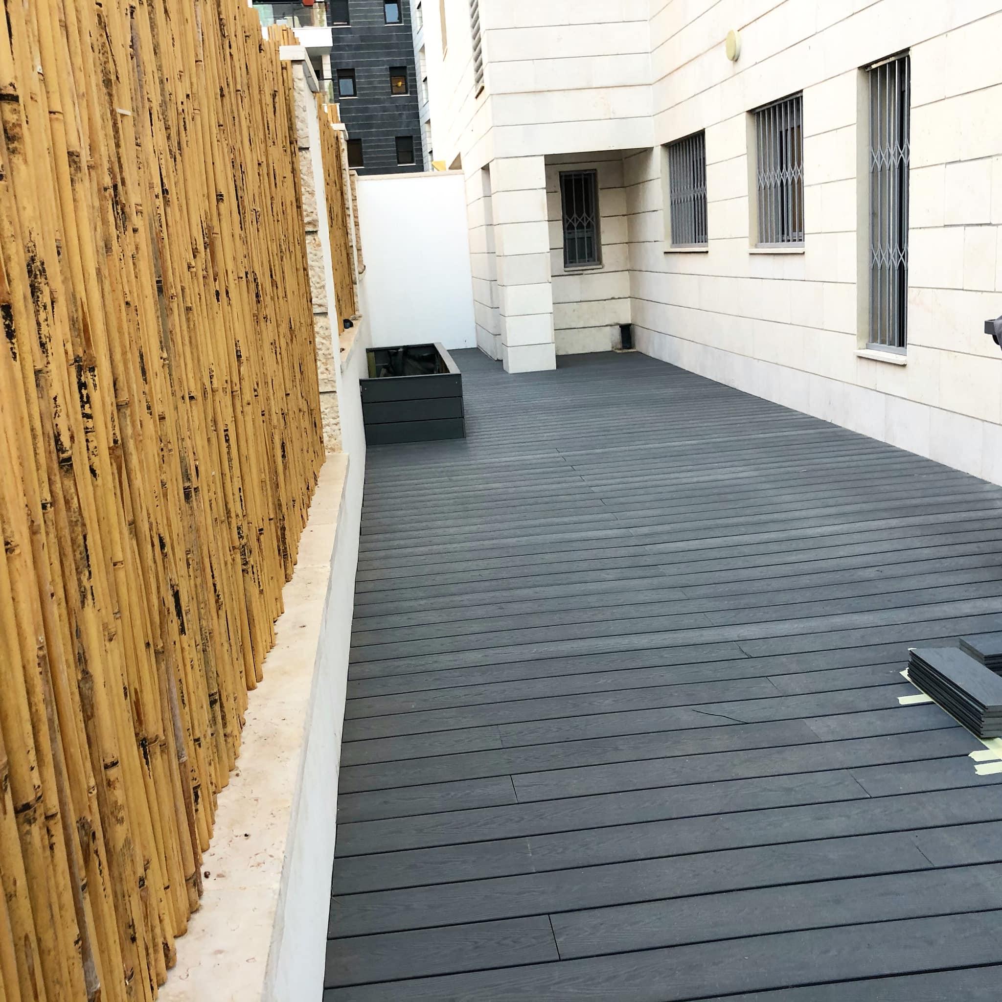 דק לחצר | בניית דק לחצר בדירת גן בראש העין