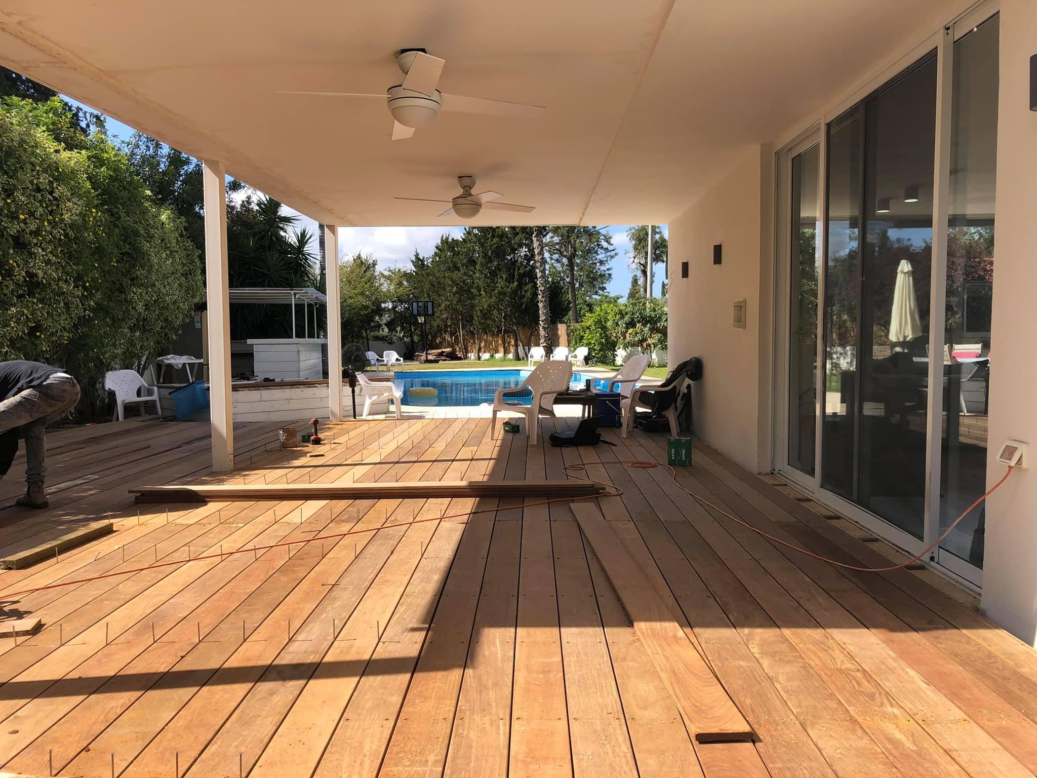 דק איפאה למרפסת | בניית דק איפאה בבית פרטי בסביון